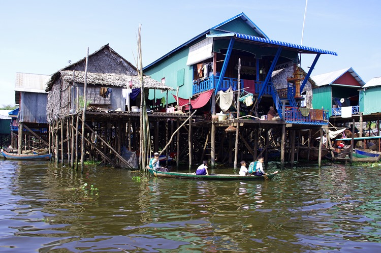 Village flottant sur lac Tonle Sap Cambodge