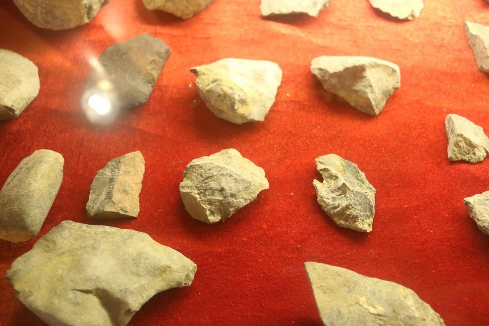Vestiges de l'homme préhistorique dans les grottes de Tràng An