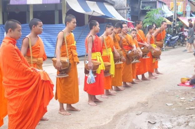 Les moines dans la ville de Vang Vieng